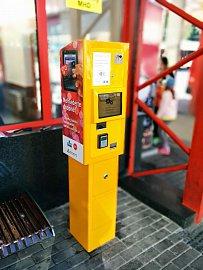 Automat, který umožňuje bezkontaktní platby za jízdenky