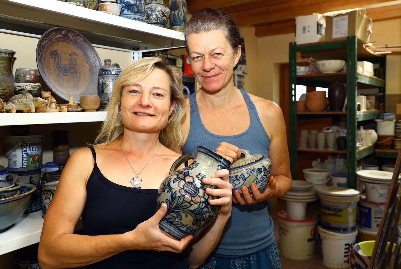 Nahlédněte do hrnčířské dílny, kde vzniká Podbrdská keramika