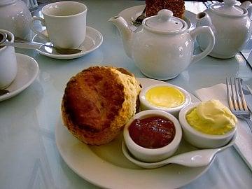 Bez smetany clotted cream se neobejde ani další cornwallská klasika a to cornish cream tea. Pojmem cream tea se v Anglii neoznačuje pouze čaj, ale i vše ostatní, co konvičku čaje doprovází. V Cornwallu to jsou konkrétně sladké buchtičky scones, jahodový džem a clotted cream.