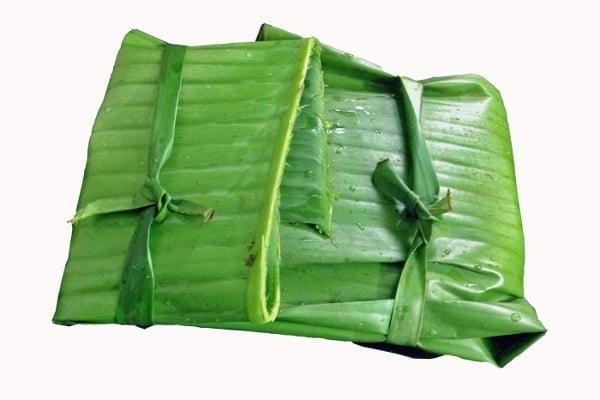 V banánových listech lze vařit, grilovat, zabalit do něj pokrm nebo ho na listech servírovat