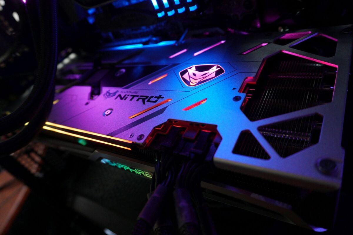 Grafická karta Sapphire Nitro+ Radeon RX 6800 XT, zapojená v počítači a v provozu.