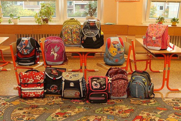 Školní batohy drtivě vedou před taškami na rameno