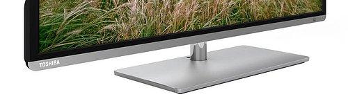 Podstavec je snadno smontovatelný, zcela plochý a elegantní. I když působí jako plech, jde o stříbrný plast.