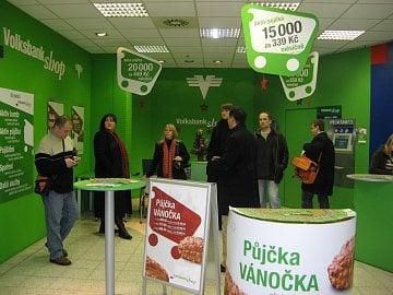 Volksbank Shop v Plzni. Uprostřed Lucie Hálová, mluvčí Volksbank. Vlevo Dalibor Z. Chvátal, šéfredaktor Měšec.cz. (30. 11. 2007)