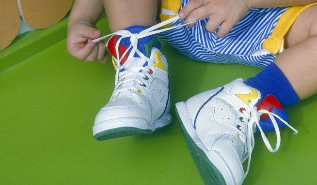 99 % dětí se rodí se zdravýma nohama. Boty jim je brzy zničí ... 9495d81d83d