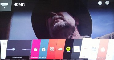 WebOS 2.0 u televizoru LG 65UF950. Vstup do chytrých funkcí se zobrazuje v liště ve spodní části obrazovky.
