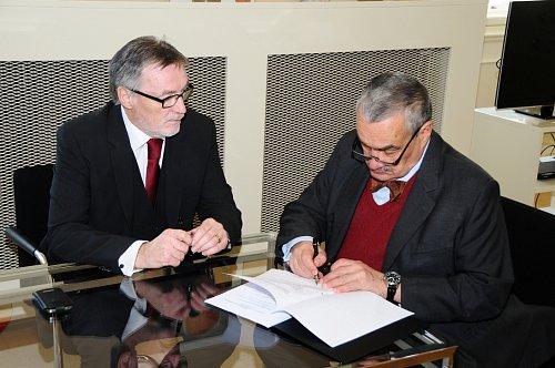 Svůj podpis připojil i ministr zahraničí Karel Schwarzenberg