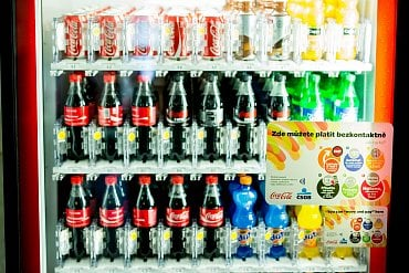 Prodejní automat, u kterého je možné platit bezkontaktně.