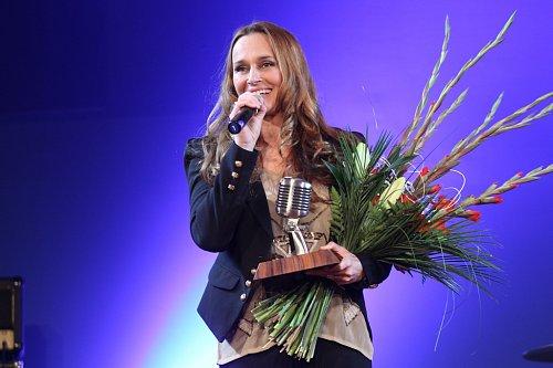 Lucie Výborná si přebírá cenu pro nejoblíbenější ženský hlas v českém éteru.