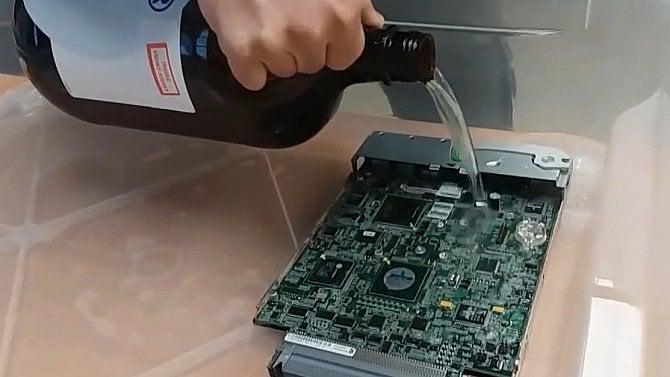 Výroba vany pro olejové chlazení serverů vdatacentru (obrazem)
