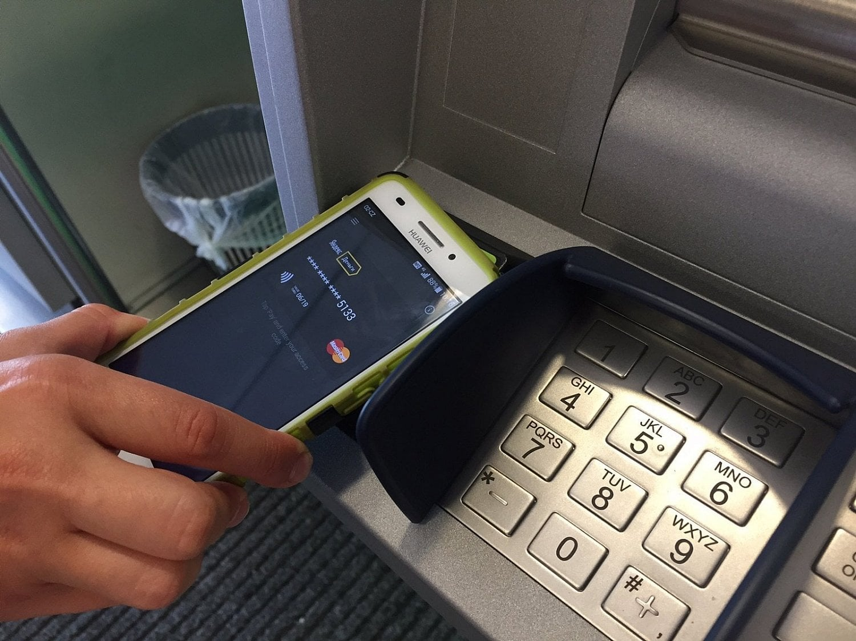 Bezkontaktní bankomat