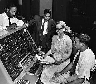 Grace Hopperová skolegy u řídícího panelu UNIVAC (cca 1960).