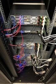Ukázka zapojení serverů v racku Laboratoří CZ.NIC