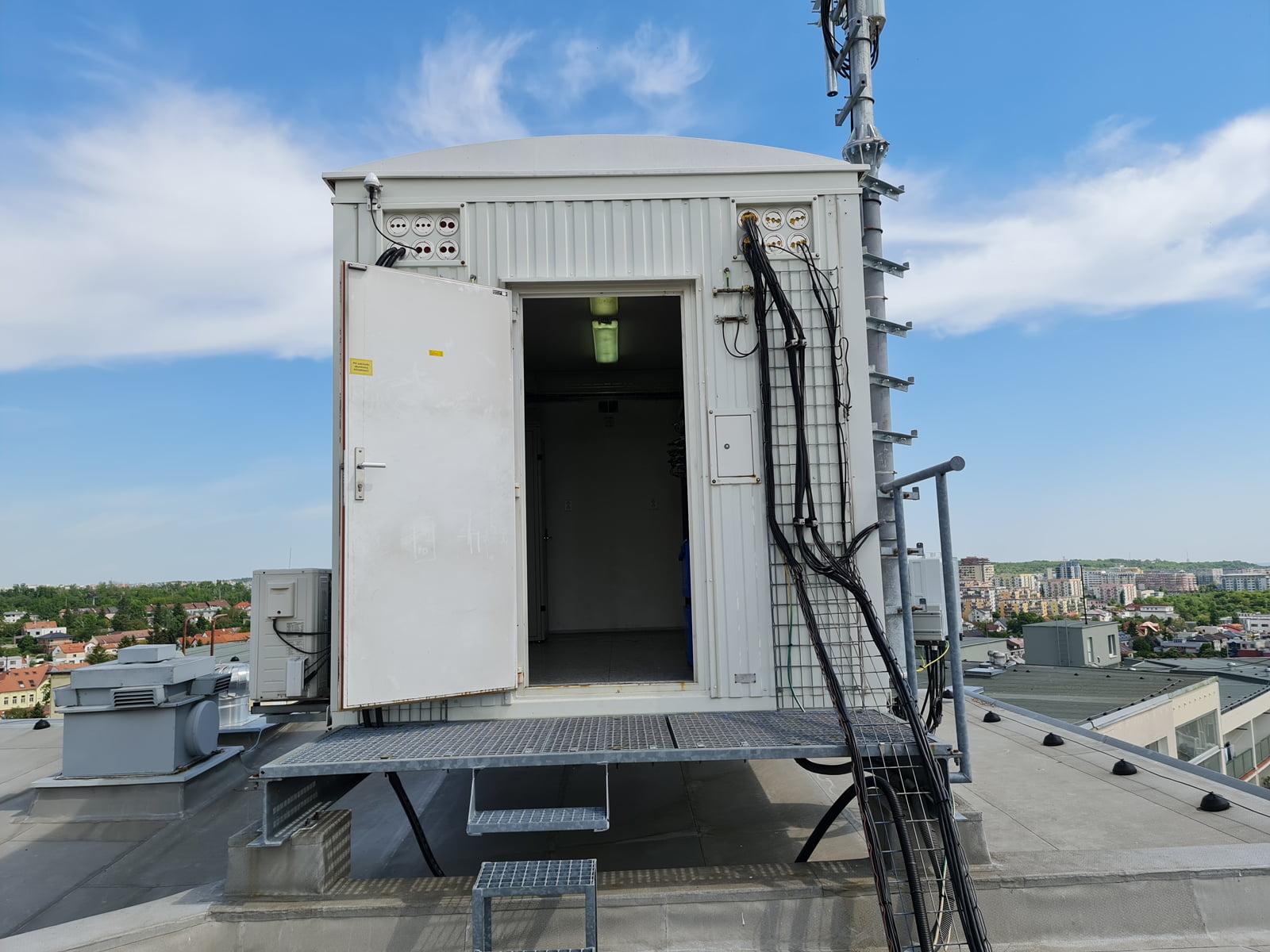 Modernizovaný 5G vysílač O2 a CETINu ve Stodůlkách v Praze