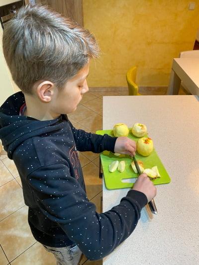 Děti pečou moučníky