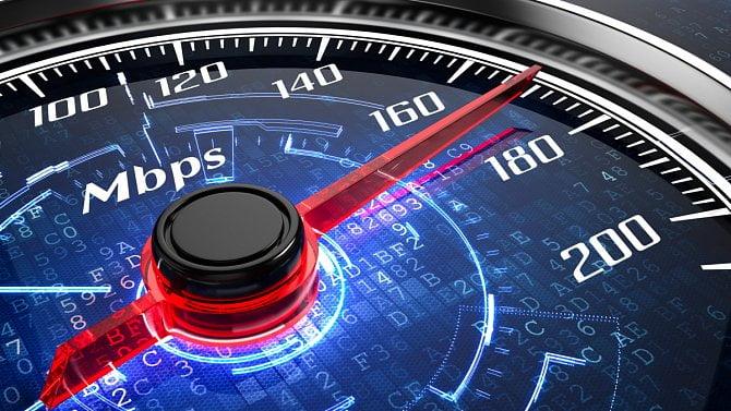 Překážky při budování rychlého internetu mizí, říká ministerstvo. Ne každý souhlasí