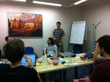 Ajťákům stačí, když se vidí jednou za měsíc. (Ze setkání pracovníků firmy Clevis 2. srpna v Praze.)
