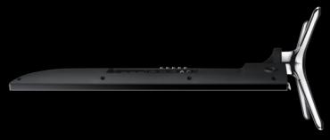 Obrazovka televizoru je hluboká 63 mm, rozhraní jsou zezadu vpravo a na pravé straně dole můžete zahlédnout jediné ovládací tlačítko – pětipolohový joystickový ovladač.