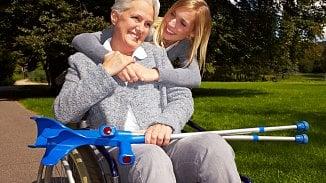 Hole, chodítka, vozíky… Kdy pojišťovna proplatí pomůcky pro seniory?