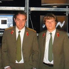 Zakladatelé Resumesimo: vlevo je Ladislav Nosákovec, vpravo Martin Demiger. Oblečení stylem ladí k razantnímu útoku na trh... :)