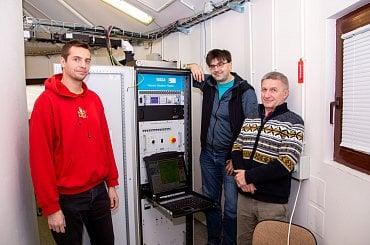 Meteorologové kolem radaru. Zleva Ondřej Fibich, Petr Novák a Vladimír Šimko.