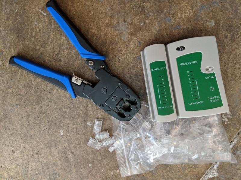 Krimpovací kleště, konektory CAT5 a tester kabelů se dají sehnat již za cca 400 Kč