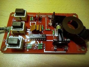 Detailní pohled na elektroniku myši. Použité součástky znají všichni bastlíři, kteří měli tu čest se součástkami z Tesly.