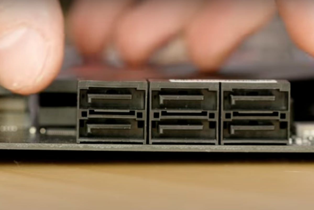 Vaše základní deska bude pravděpodobně mít několik portů SATA. V příručce k základní desce si najděte, který port je označen jako SATA-1. Právě tento port se totiž standardně používá pro připojení disku SSD.