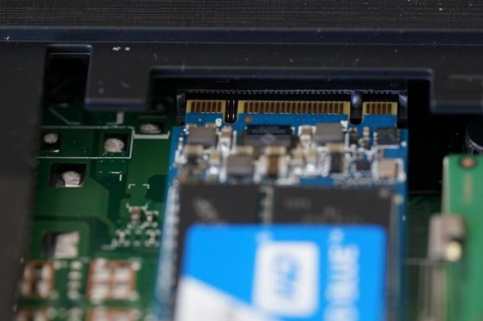 Disk M.2 WD Blue SSD, který jsme použili, má dva zářezy, což obvykle znamená, že se jedná o disk SATA.