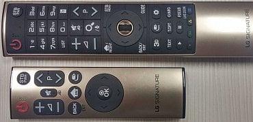 LG Signature OLED – dodávané dálkové ovladače. Povšimněte si výrazných nápisů STB. LG dodává i utilitku pro naprogramování ovládání set-top boxu.