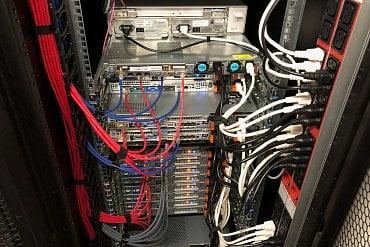 Pohled na router a většinu serverů z teplé uličky