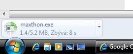 Proces stahování souboru je viditelný v dolní části obrazovky