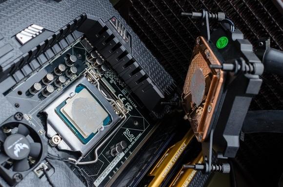 Sundávání větráčku z procesoru