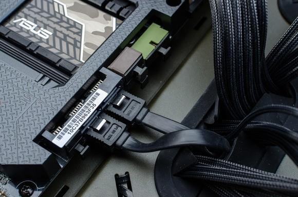 Kabely SATA připojené k základní desce