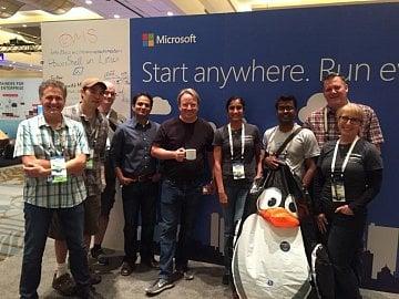 Linus Torvalds na stánku Microsoftu na LinuxConu.