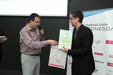 Pavel Fidrmuc (iDNES.cz) přebírá z rukou Petra Koubského cenu za vítězství v kategorii Doprava.