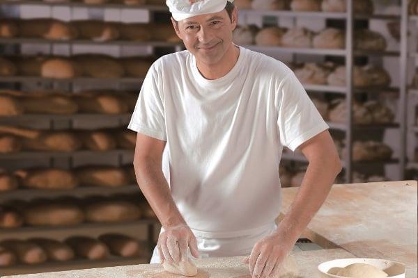 Zákazníci hypermarketu Globus budou moci ochutnat kvasový chléb se sladem a chmelem, který pro ně připravuje Pavel Meduna, šéfpekař patnácti pekáren Globusu