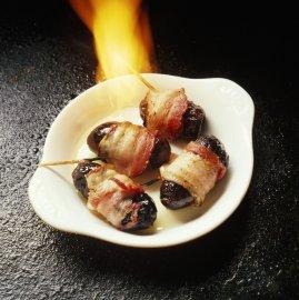 Švestky ve slanině je také možné naložit třeba do slivovice nebo flambovat