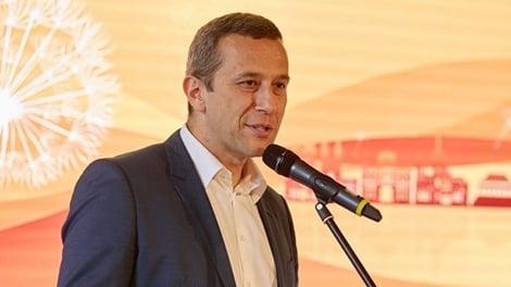 Radoslaw Kedzia (Huawei): VČR cítíme protičínskou náladu. Chceme ji změnit spoluprací se školami