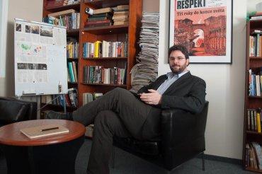 Šéfredaktor Respektu Erik Tabery se svým iPadem.