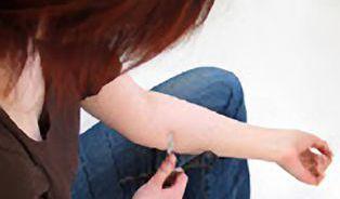 Sebepoškozování: Jen se tak trochu říznout… a hned bude líp?