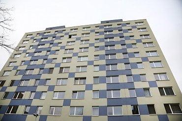 Bytový dům na Jižním městě s přibližně osmi desítkami bytů, který využívá systému kanálových vložek.