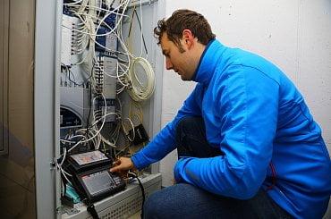 Jakub Melín s měřícím přístrojem pro analýzu síly přijímaného signálu.