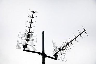 Detail antén pro příjem televizního signálu z pražského Žižkova a Ládví.