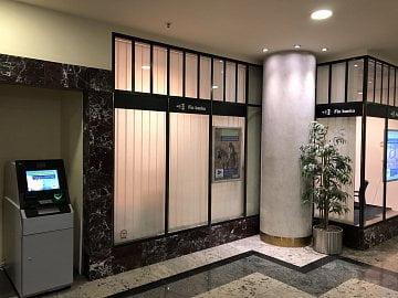 Vkladomat Fio banky v Praze v pasáži Millenium Plaza s bezkontaktním snímačem. Výrobce: NCR. (05/2020)