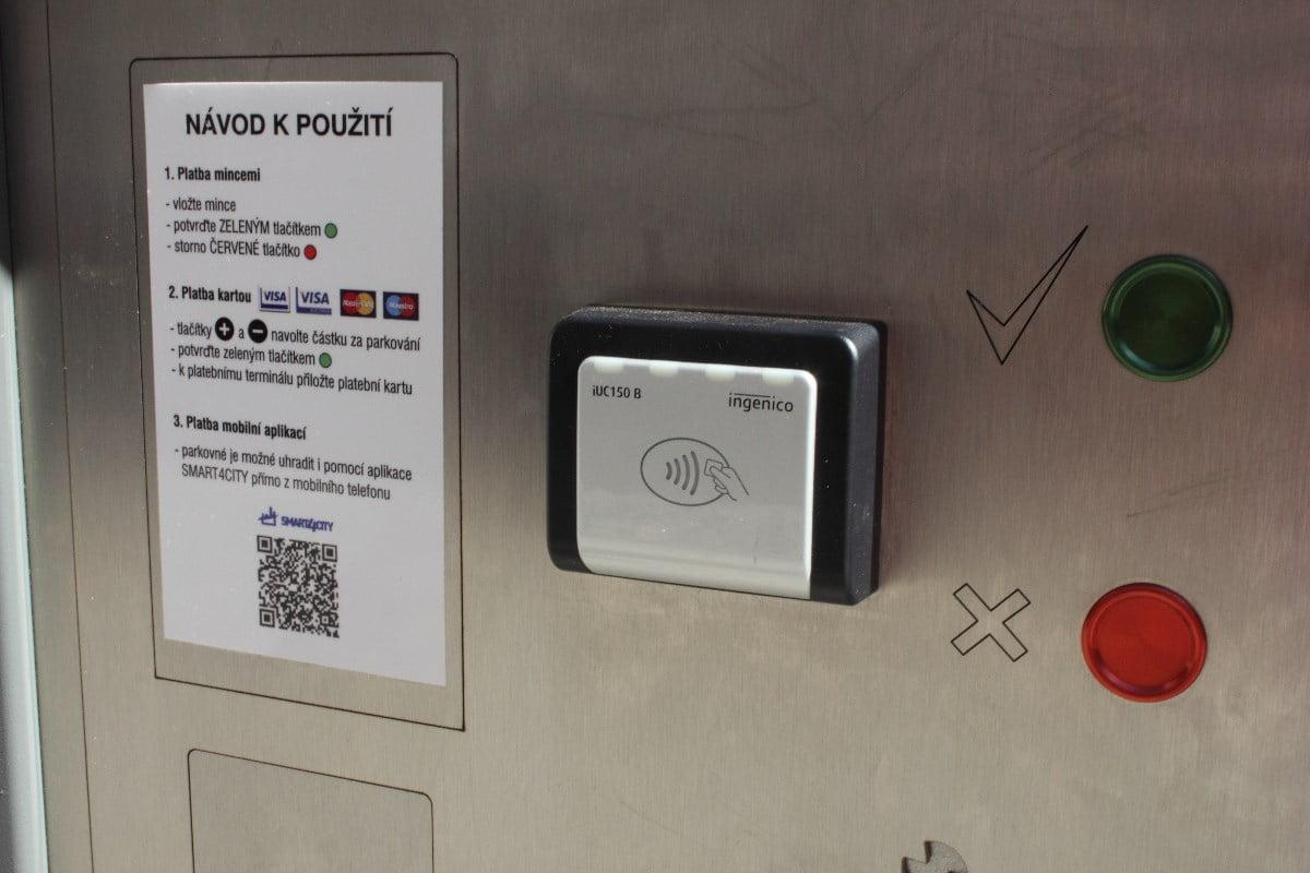 Smart parkování v Kolíně. Senzory, automaty, web i aplikace