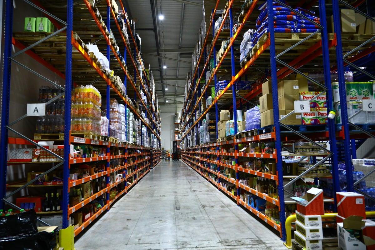 Nahlédněte do centrálního skladu online supermarketu.