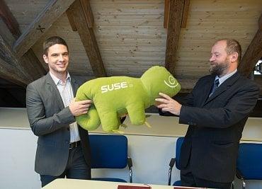 Miroslav Kořen ze SUSE (vlevo) při podpisu partnerské smlouvy s děkanem MFF UK Janem Kratochvílem
