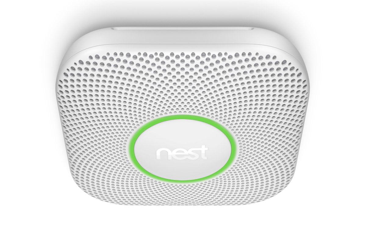 Firma Nest Labs vyrábí náš oblíbený detektor kouře a oxidu uhelnatého. Pokud současně vlastníte i chytrý termostat Nest, může detektor kouře dát tomuto termostatu pokyn, aby v případě požáru vypnul topení či systém chlazení (klimatizace), aby se kouř nedostal do všech místností v domě.