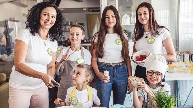 Jak naučit děti pomáhat vkuchyni? Je dobré začít smalými úkoly